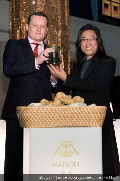 CCK集團總裁Franck Galet贈送法國松露之家瑰禮─600公克之大型黑松露,予浮世樂董事長葉兩傳.JPG