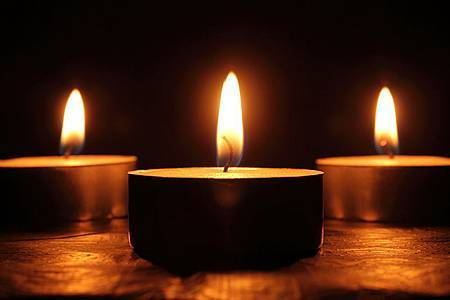 800px-Triptic_of_candles