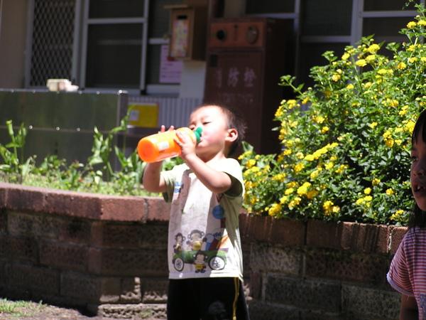 開心喝著水的山地小朋友