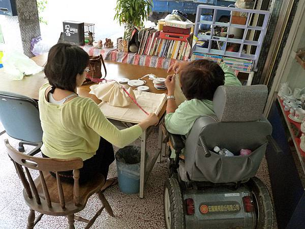 輪椅媽媽與設計師討論中