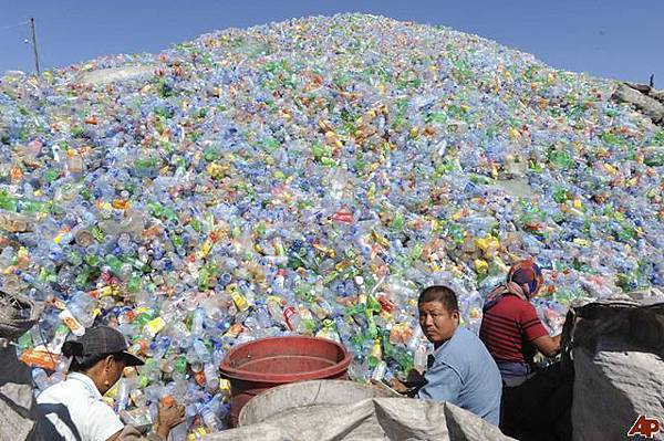 18 waste-plastic- bottles-Dishfunctionaldesigns.blogspot.com_
