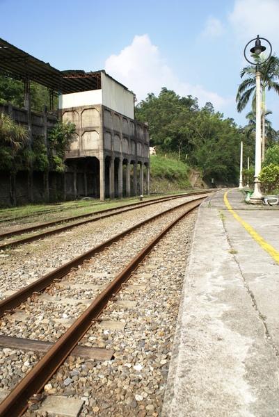 廢墟就駐立在鐵道旁