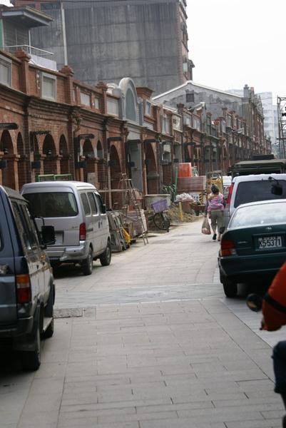 非假日街上停滿車輛