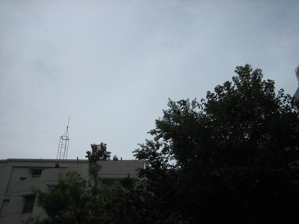 回到家了 烏雲滿天