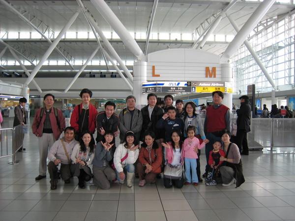 要回家囉 省商會的同事在九州機場留影