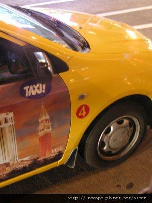 澳門的計程車外面都有這個圈圈裡面寫4或5,代表著可載客數,4就是四人,有些可以載五個人,但是很少。