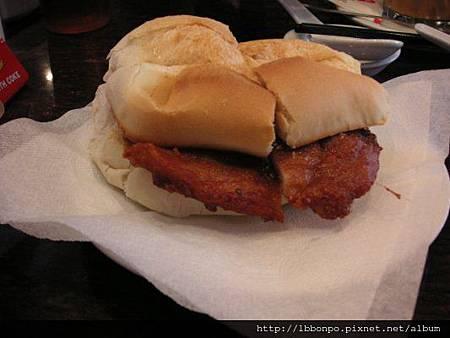 傳說中的豬扒包,要MOP18,自已乘上4.5就知道多貴了= =(而且還是早餐店這種喔!)