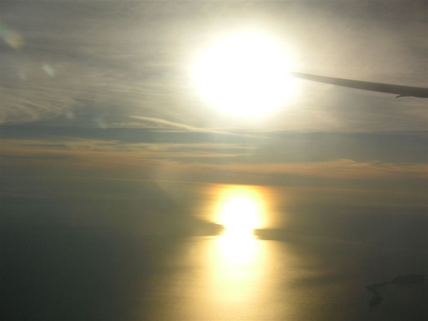 回去的時候,剛好日落,真的很漂亮~第一次在飛機上跨過換日線,感覺很特別^^