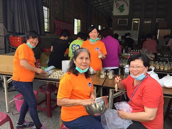 志工協助豆腐乳製作