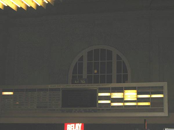 車站奇特的閃燈..