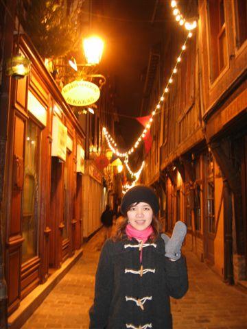 晚上的小巷道(其實是在等餐廳開門..)