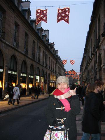 這是Dijon...冷硬要帶頭巾...冷阿!!!!