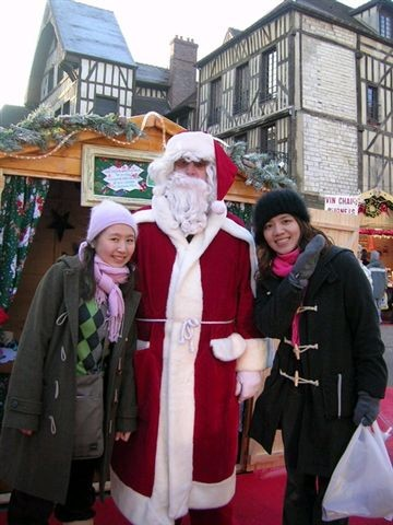 聖誕老人鬍子有點ㄦ歪耶..