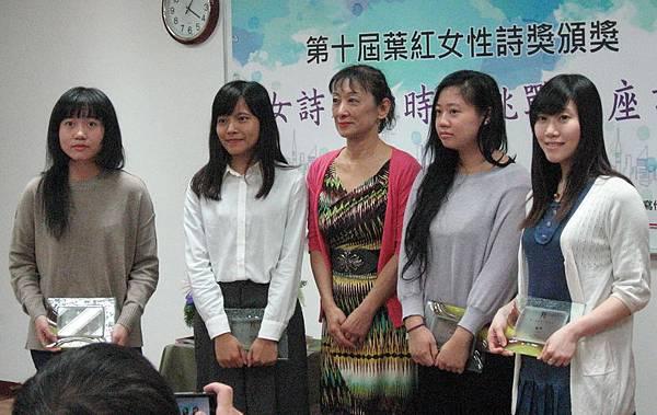 馮青老師頒奬給與會各佳作得獎人