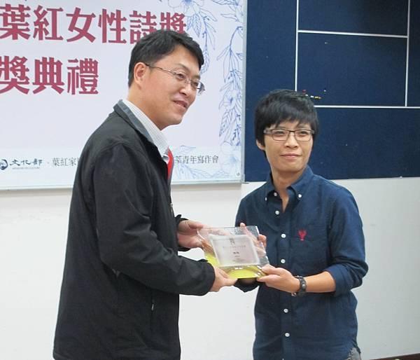 5_佳作得主顏嘉琪,頒獎者決審會議召集人林于宏教授.jpg