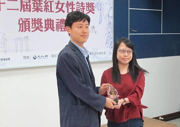 2_第十二屆首獎得主葉緹,葉紅家屬代表頒獎.jpg