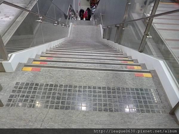 桃園捷運車站樓梯(梯級終端30公分處警示設施)