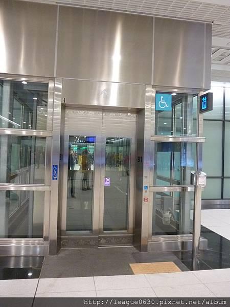 桃園捷運車站電梯(外觀)