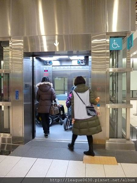 桃園捷運車站電梯(內部可容納多位輪椅使用者)