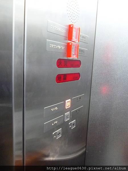 桃園捷運車站電梯(內部直式操作盤按鈕旁貼設點字)