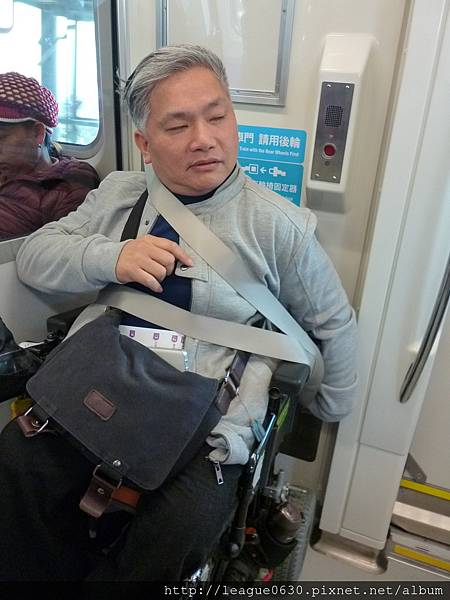 桃園捷運車廂內輪椅區輪椅固定器