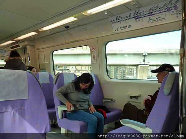 桃園捷運車廂直達車扶手旁黃色按鈕未標示為頭頂閱讀燈