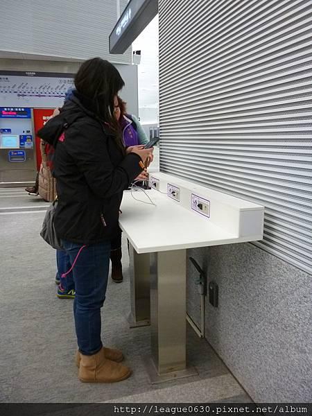 桃園捷運車站設施-3C充電座(桌腳位置)