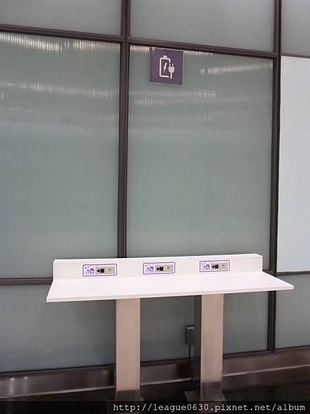 桃園捷運車站設施-3C充電座