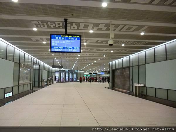 桃園捷運A12車站引導標誌字體過小、距離過遠不易辨識