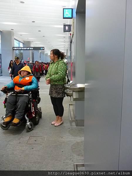 桃園捷運A1飲水台未完全內嵌,易造成視障者行走危險