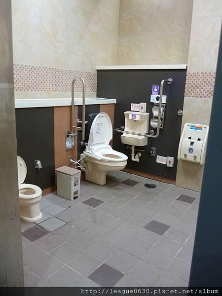 桃園捷運A12無障礙廁所(沖水按鈕過高、腳踩式垃圾桶、設有馬桶蓋導致靠背無法使用、方形嬰兒座椅有墜落風險)