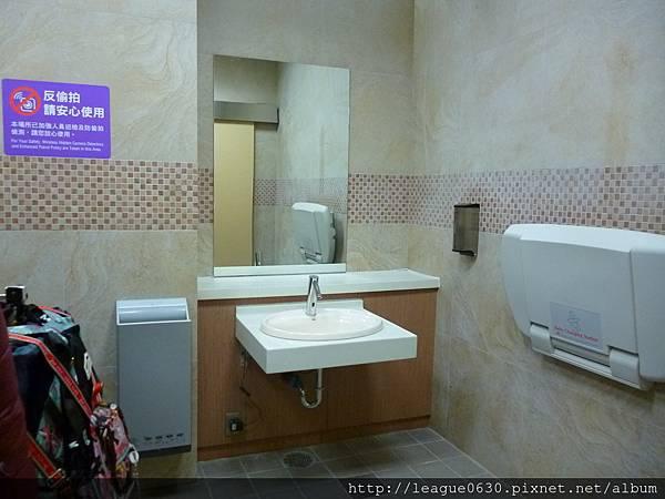 桃園捷運A12無障礙廁所(洗手乳位置過高且太裡面)