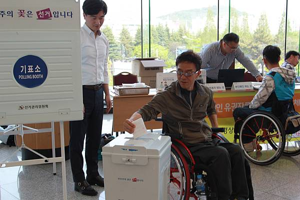 2017.04.18 韓國慶尚南道選舉管理委員會 障礙者選民模擬投票-輪椅使用者投票