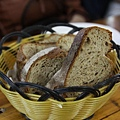大家都很餓一開始就把麵包吃掉