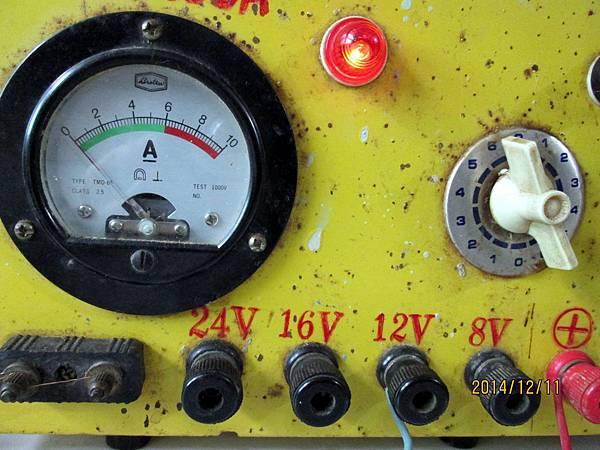 然後改用12V來充電,電流調到最高6,這時充電電流會再次往下掉。