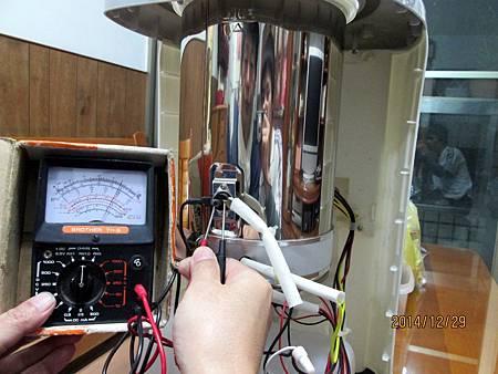 溫熱開飲機在最低水位加熱中時,溫度過熱保護裝置沒啟動跳開切斷電源,直接燒壞電熱圈加熱器。 (1)