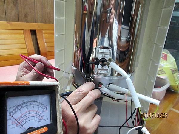 歌林2013年份溫熱開飲機KH-R05委由上傑電子公司製造,在最低水位加熱中時,溫度過熱保護裝置沒啟動跳開切斷電源,直接燒壞電熱圈加熱器。 (3)