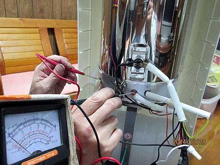 溫熱開飲機在最低水位加熱中時,溫度過熱保護裝置沒啟動跳開切斷電源,直接燒壞電熱圈加熱器。 (2)