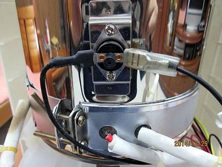 溫熱開飲機在最低水位加熱中時,溫度過熱保護裝置沒啟動跳開切斷電源,直接燒壞電熱圈加熱器。 (7)