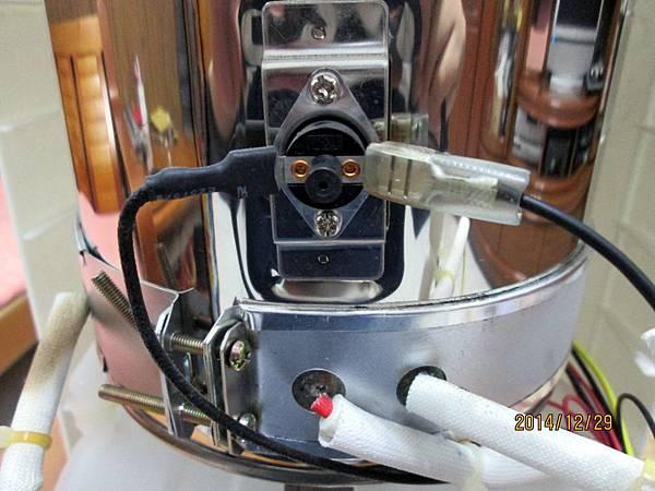 歌林2013年份溫熱開飲機KH-R05委由上傑電子公司製造,在最低水位加熱中時,溫度過熱保護裝置沒啟動跳開切斷電源,直接燒壞電熱圈加熱器。 (7)