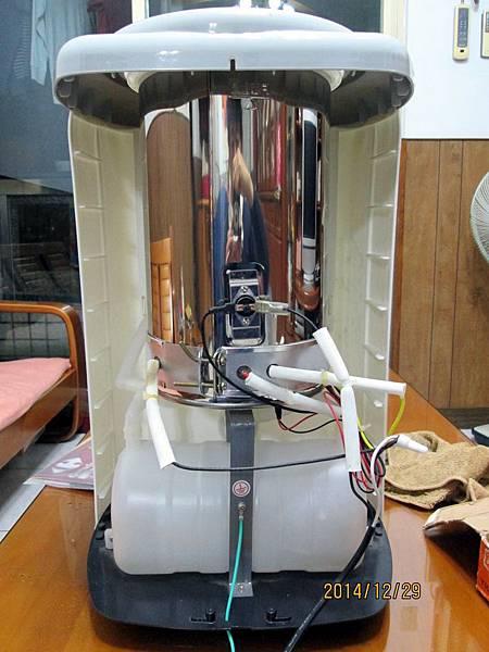歌林2013年份溫熱開飲機KH-R05委由上傑電子公司製造,在最低水位加熱中時,溫度過熱保護裝置沒啟動跳開切斷電源,直接燒壞電熱圈加熱器。 (6)