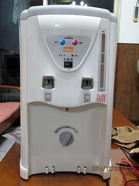 歌林2013年份溫熱開飲機KH-R05委由上傑電子公司製造,在最低水位加熱中時,溫度過熱保護裝置沒啟動跳開切斷電源,直接燒壞電熱圈加熱器。 (5)