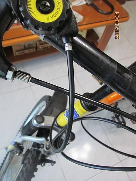 2016.08.24更換腳踏車變速器撥把21速 (12)-鋼絲穿針引線第一段