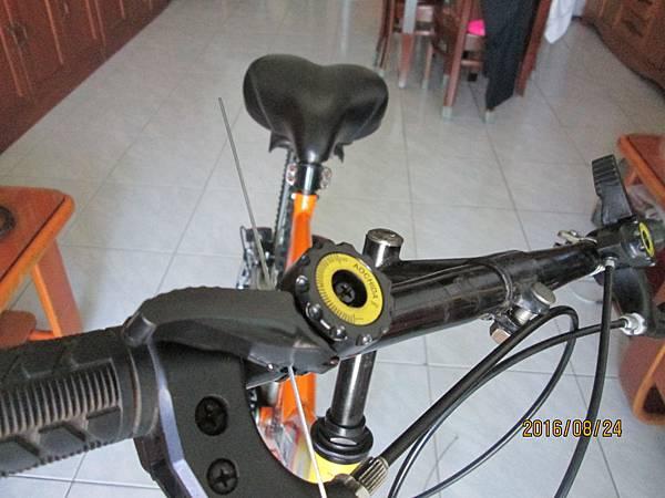 2016.08.24更換腳踏車變速器撥把21速 (9)-穿入鋼絲