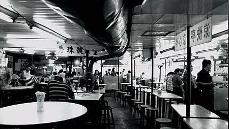 早期台北圓環內攤商(台北市立文獻館提供)