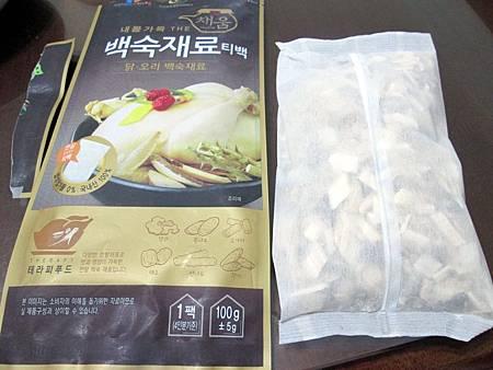 二姊送的韓國藥膳補品燉雞腿肉,味道截然不同中藥味,只可惜身邊少了人蔘。-雪花新聞