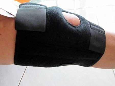 2018.06.26LP 美國護具LP733CA 透氣式兩側彈簧條調整型護膝使用心得 (3)-右側面戴上圖