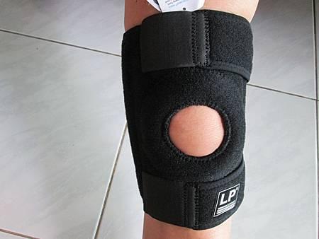 2018.06.26LP 美國護具LP733CA 透氣式兩側彈簧條調整型護膝使用心得 (2)-正面戴上圖