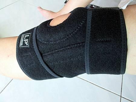 2018.06.26LP 美國護具LP733CA 透氣式兩側彈簧條調整型護膝使用心得 (4)-左側面戴上圖