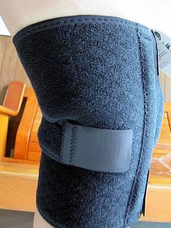 2018.06.26LP 美國護具LP733CA 透氣式兩側彈簧條調整型護膝使用心得 (5)-背面戴上圖